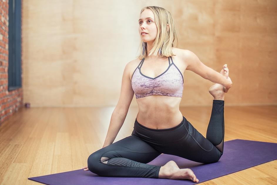 Frau betreibt Yoga auf einer Yogamatte